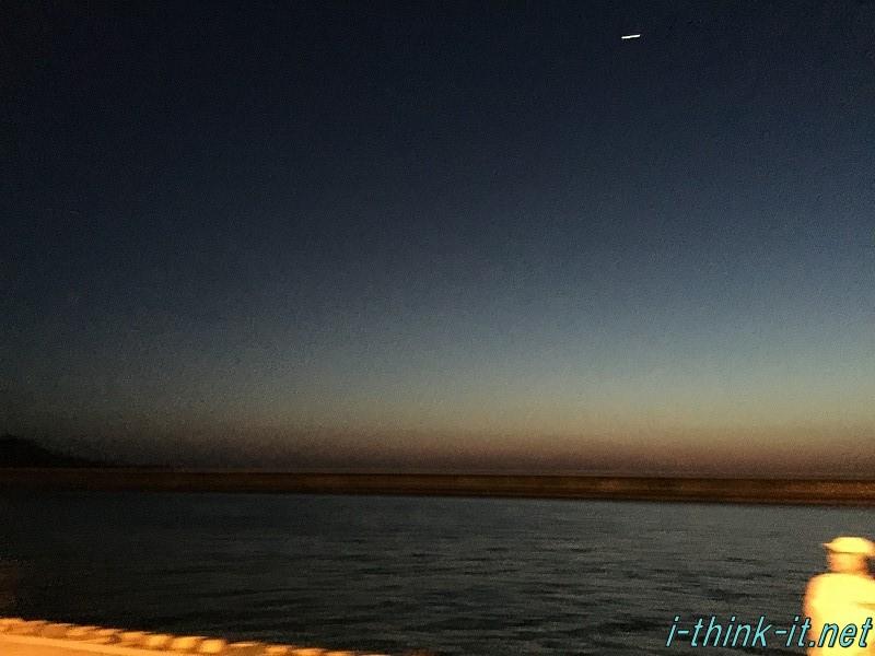 夜になりかけた海辺