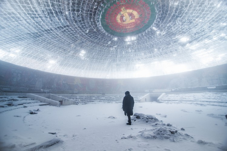 冬の共産党ホール内部