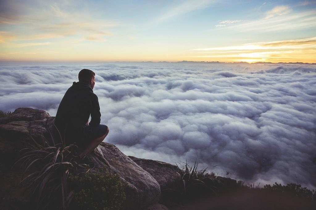 雲海を見つめる男性