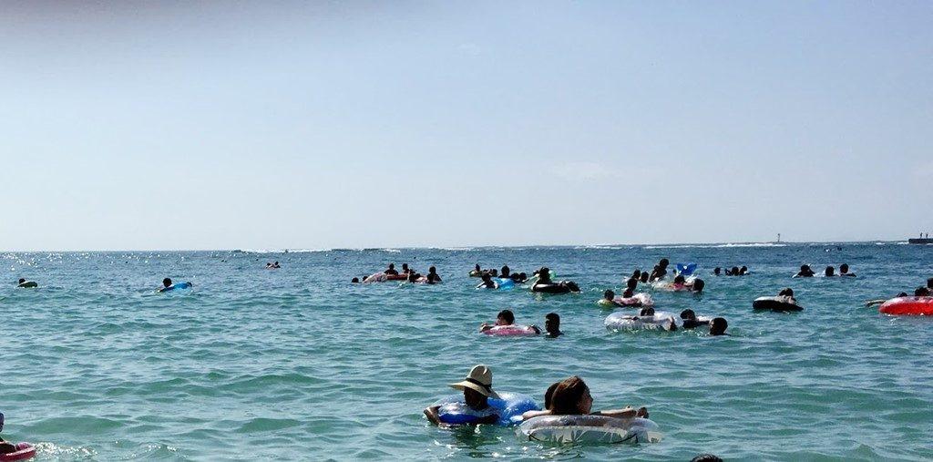 海水浴で賑わう海