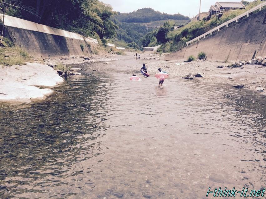 川遊びではしゃぐ子供たち