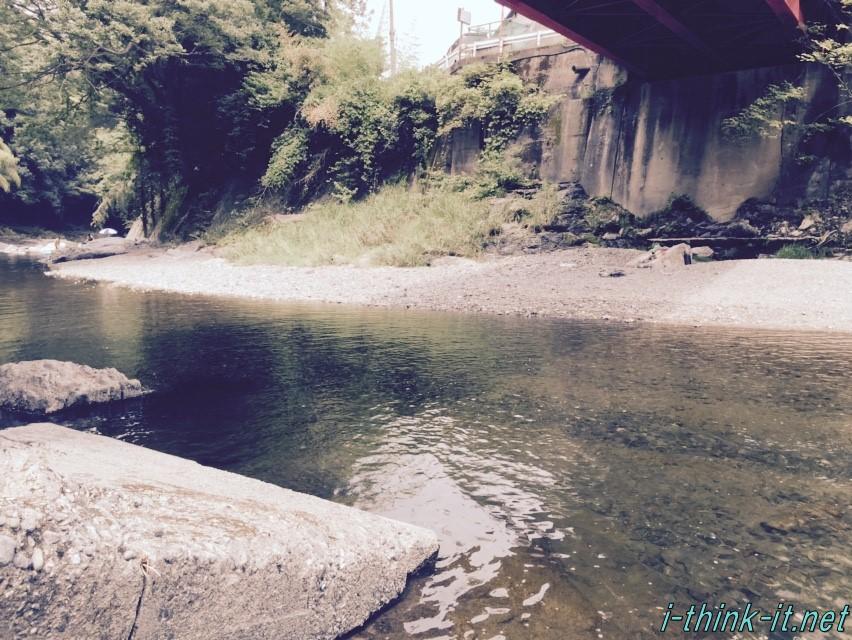 橋桁のしたの川