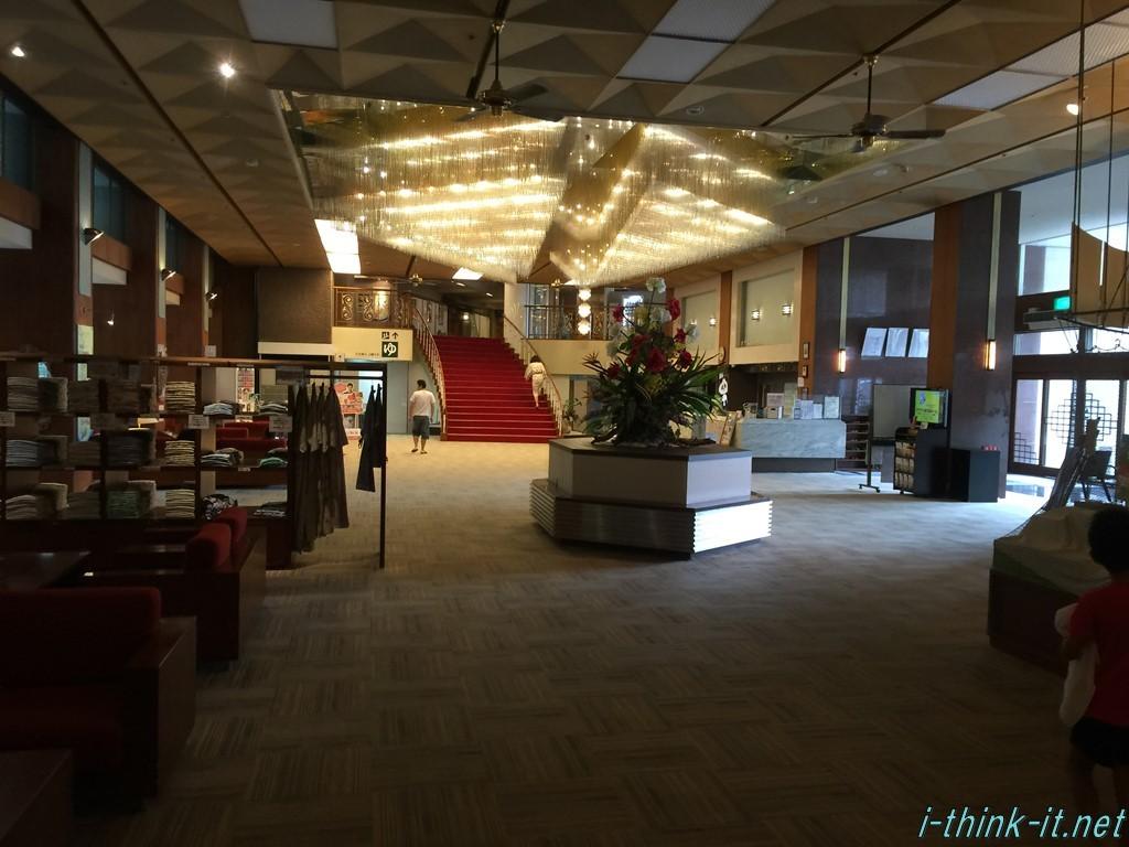 天井の大きなシャンデリアが目を引く白浜御苑ホテル内部