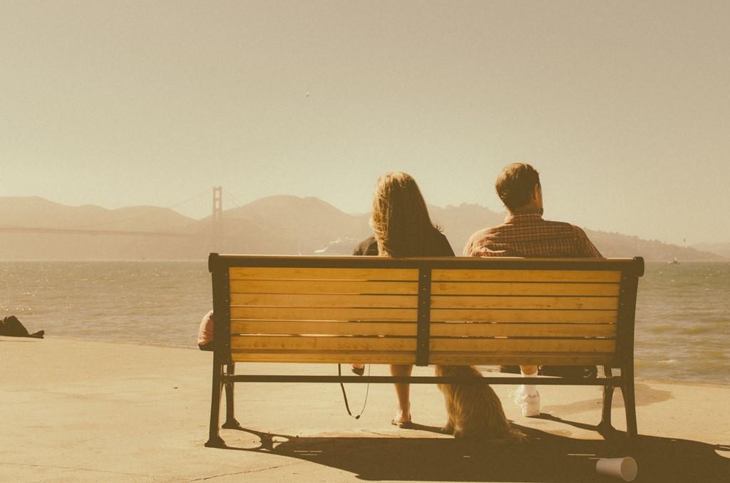 ベンチに座る女性と男性