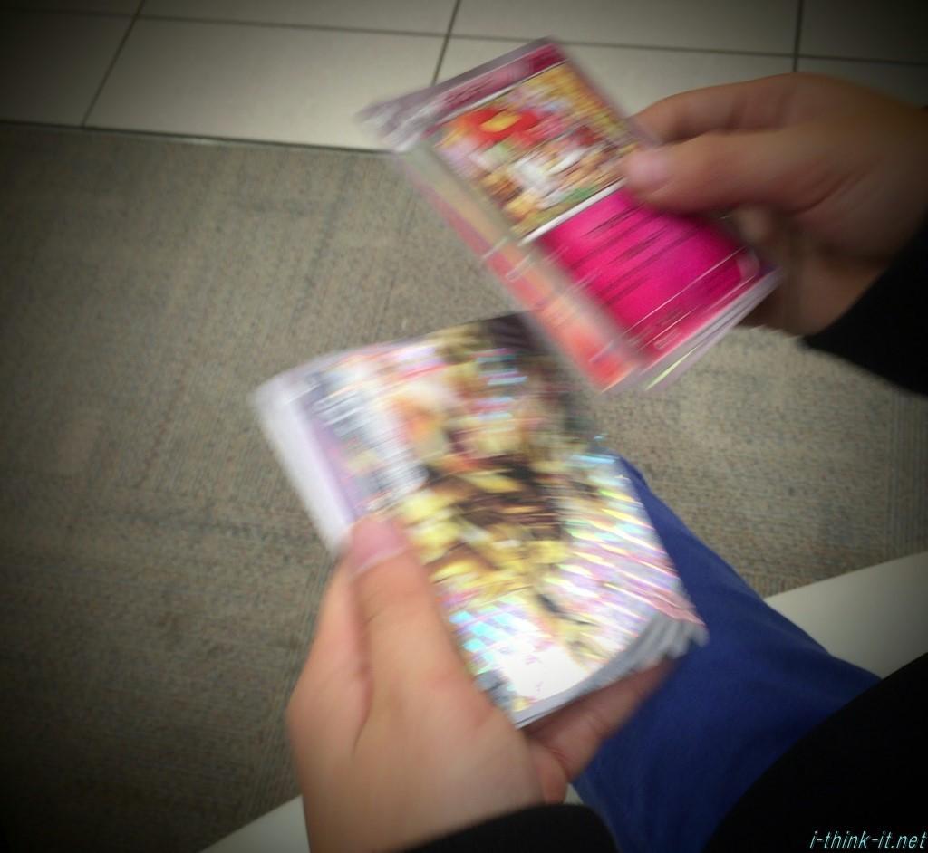 嬉しそうにポケモンカードを見つめる子供
