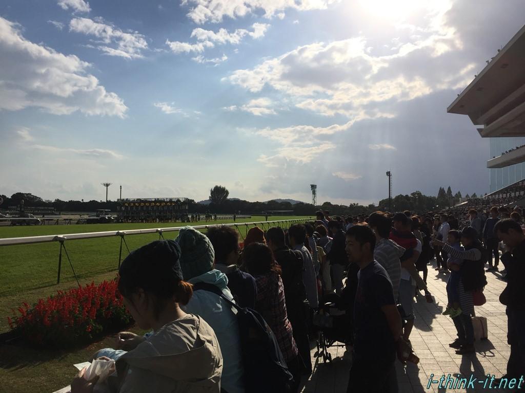 競馬を観戦する大勢の人