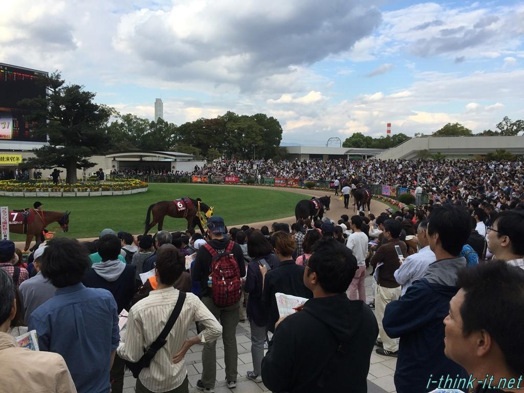パドックを囲む大勢の観客