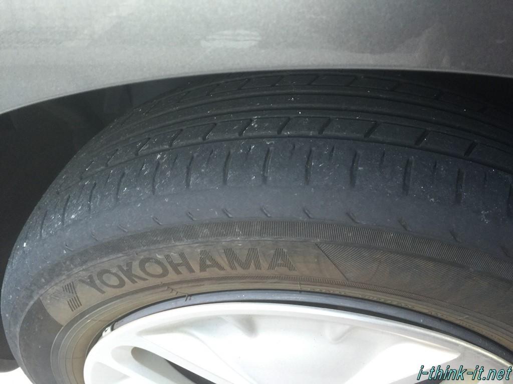 すり減ったタイヤの画像