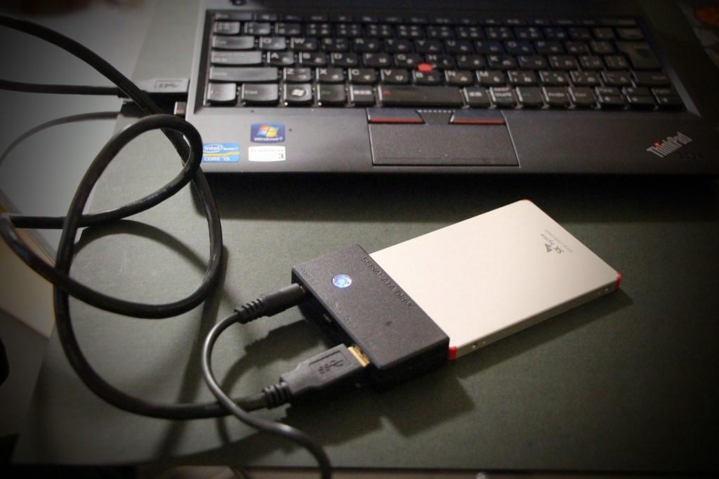 接続ツールでパソコンとSSDを接続