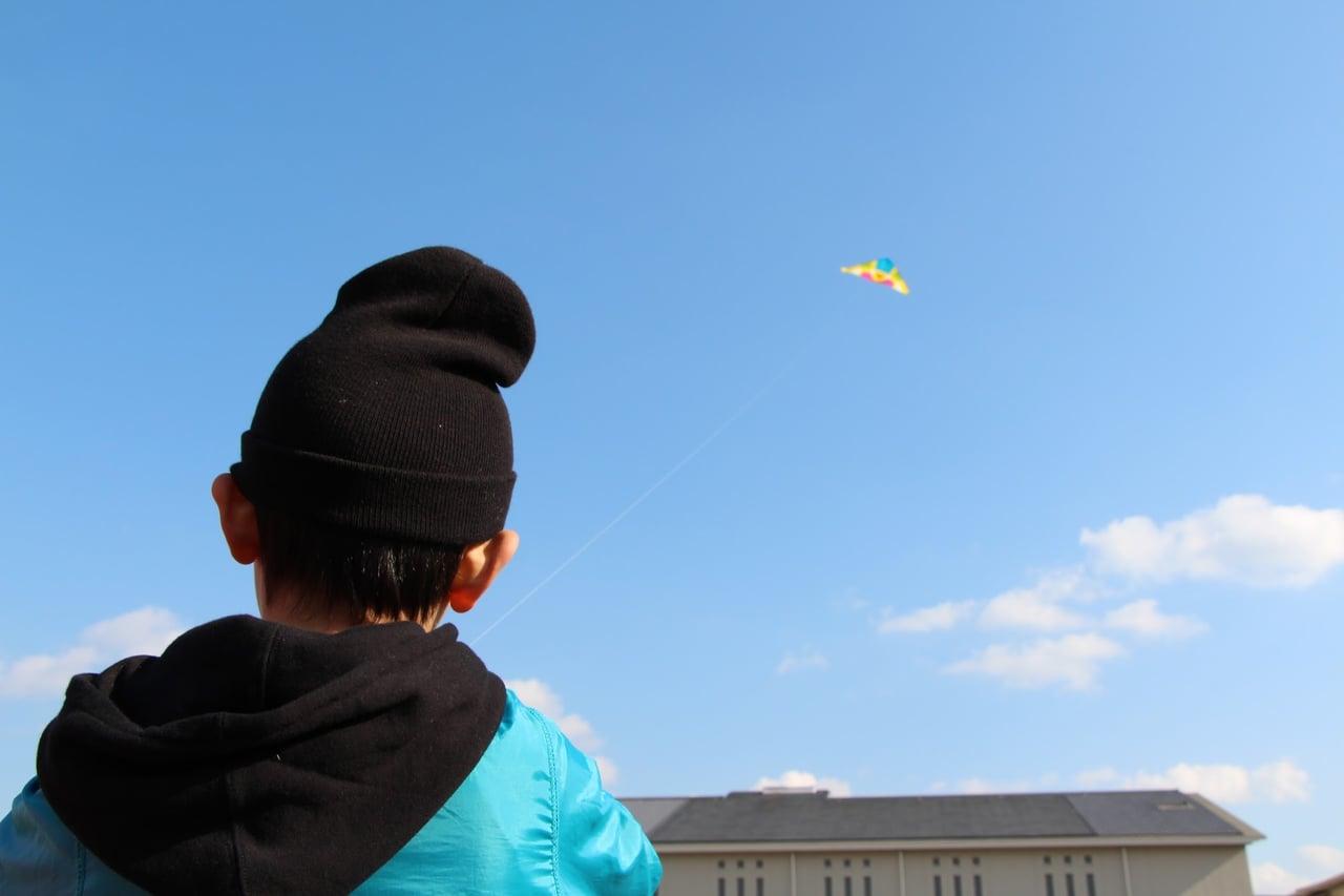 凧揚げする男の子
