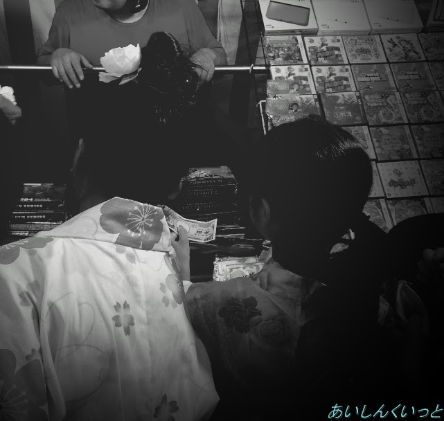 クジ引き屋台に並ぶ子供