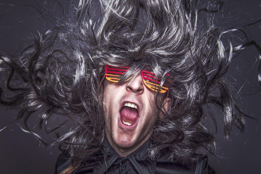 髪の毛が強風になびく男性
