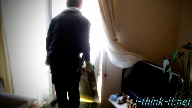 冷蔵庫を運び入れる配達員