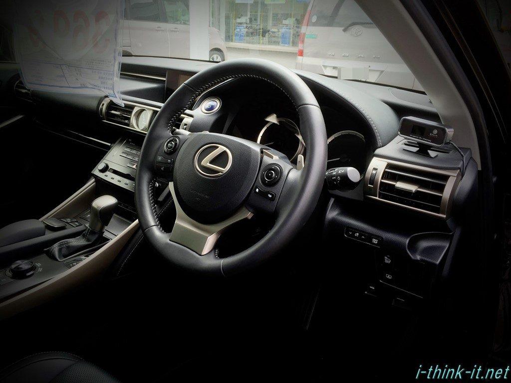 レクサスの運転席