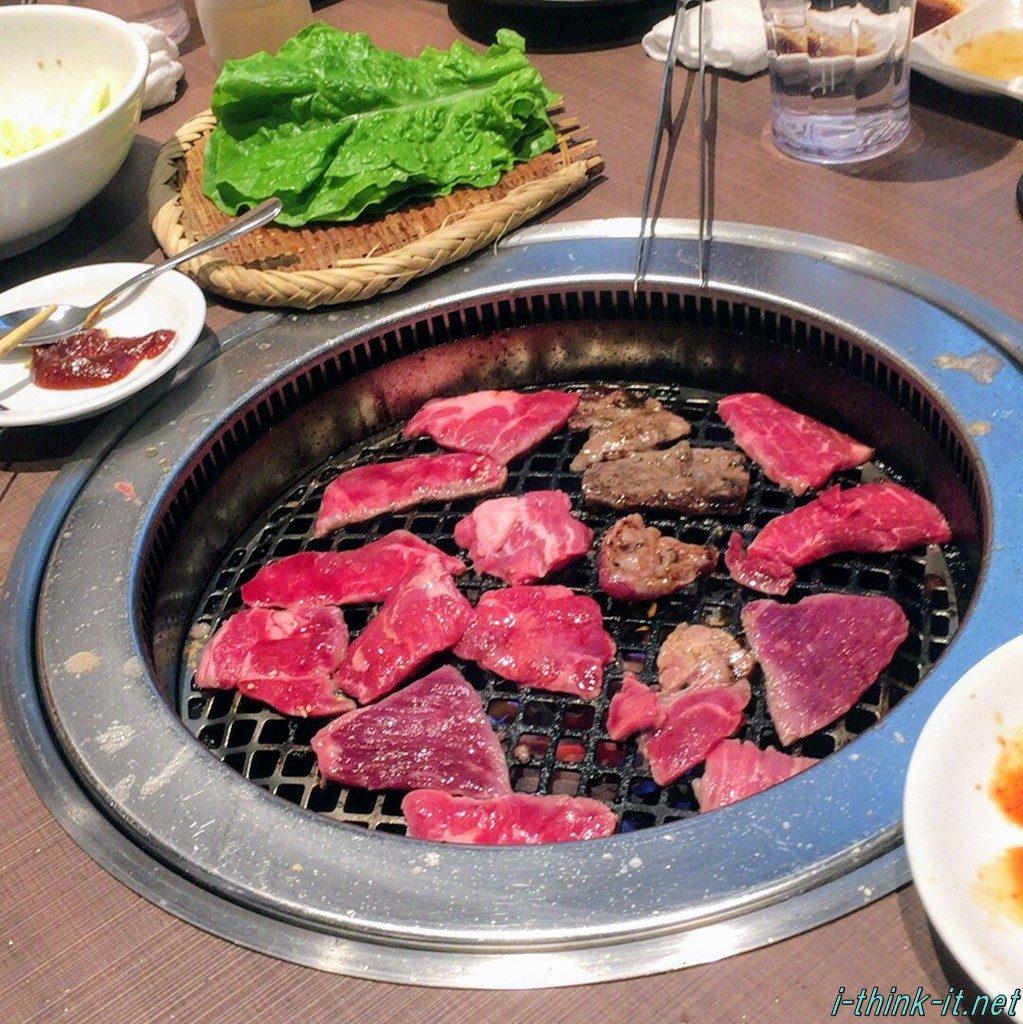 鉄板の上で焼かれる牛肉