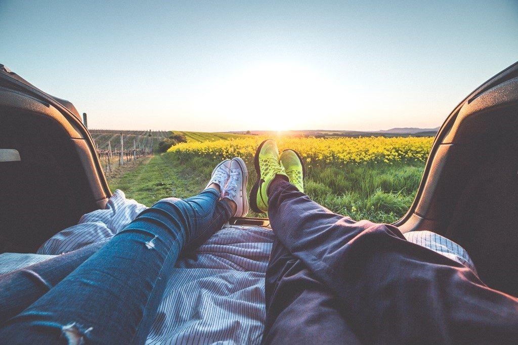 寝転がるカップルの足元に広がるキレイな景色