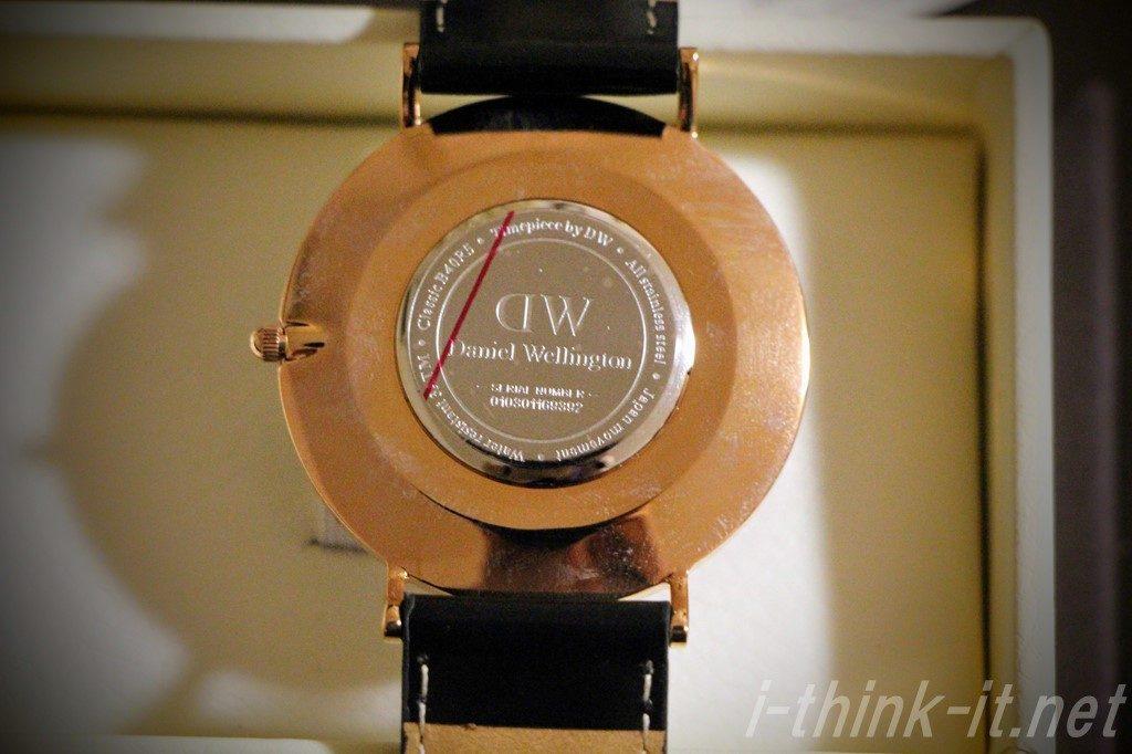 時計の裏に刻印されたシリアルナンバー