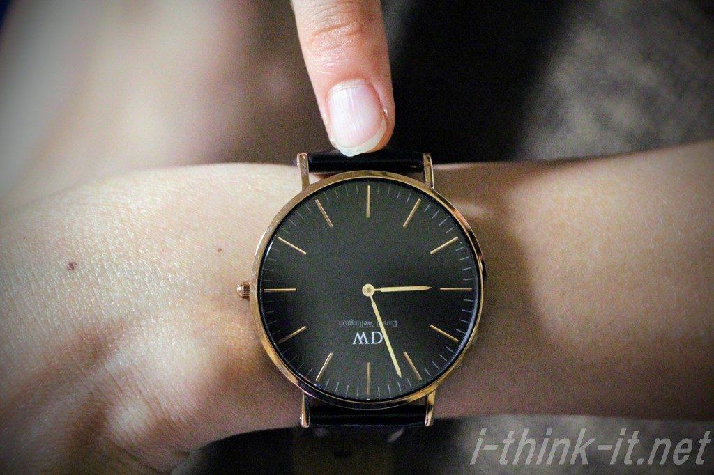 装着した時計を指差す妻