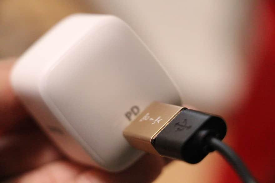 変換アダプタと接続したAC充電器アップ