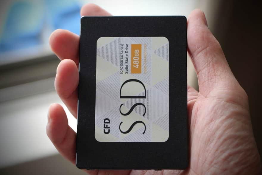 購入したSSDを手にとる