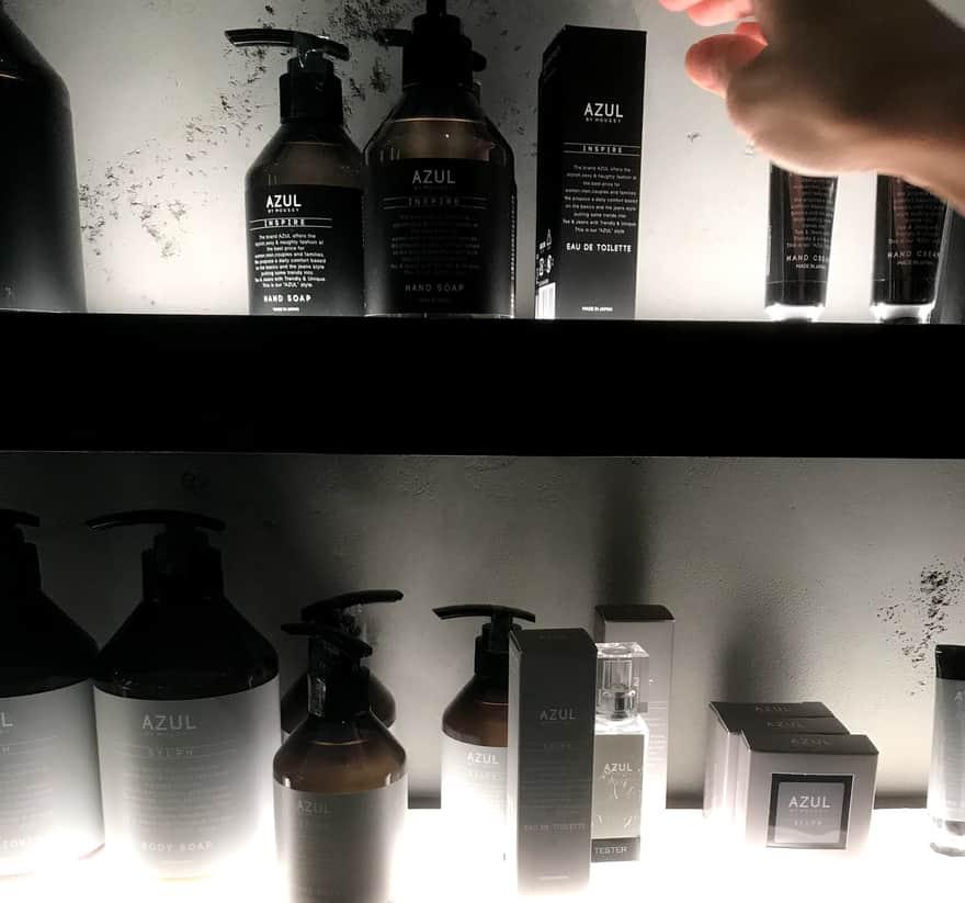 AZUL店内におかれた香水『IN THE SPOTLIGHT』に手を伸ばす