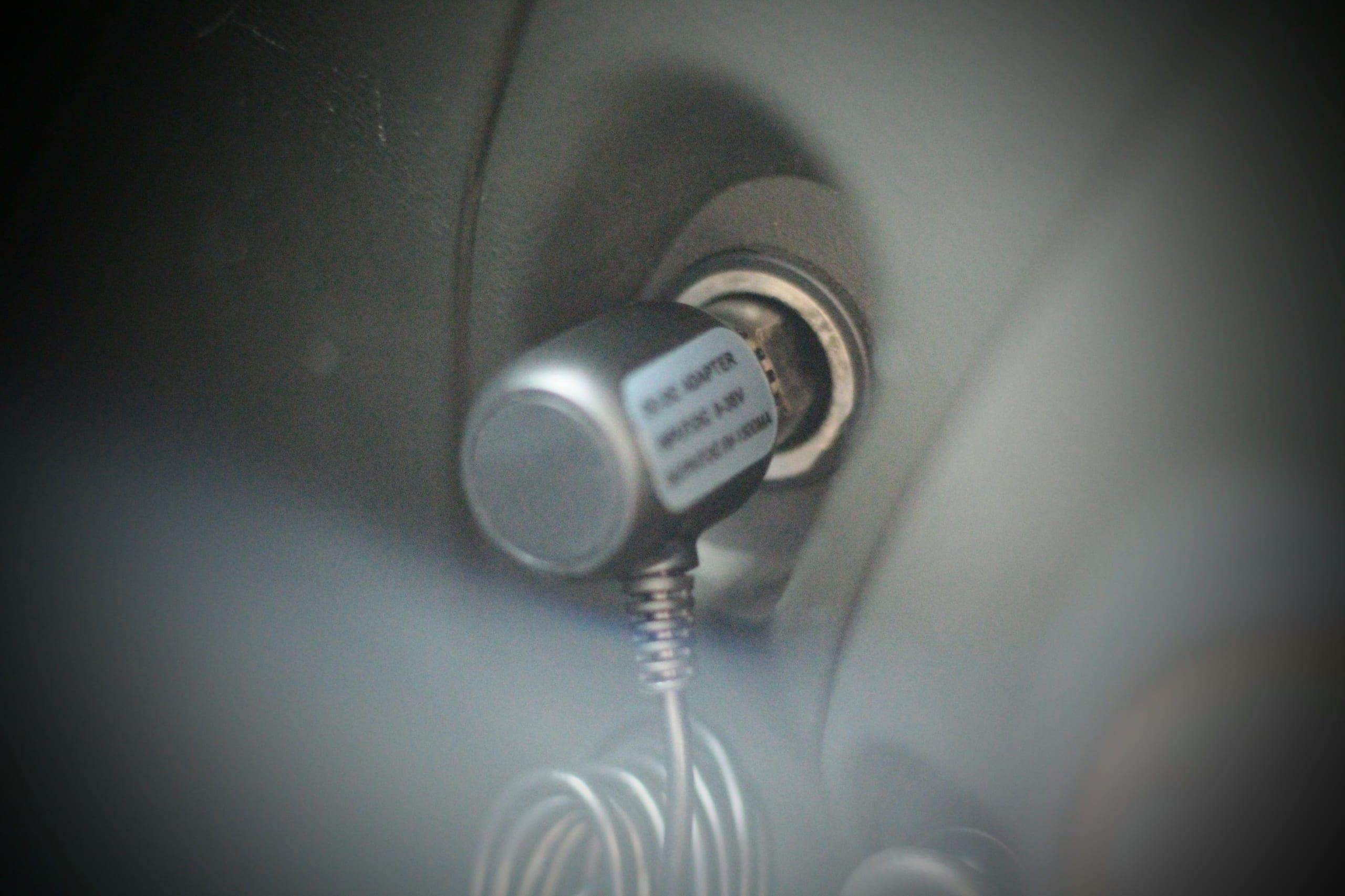 シガーライターに接続したドライブレコーダー