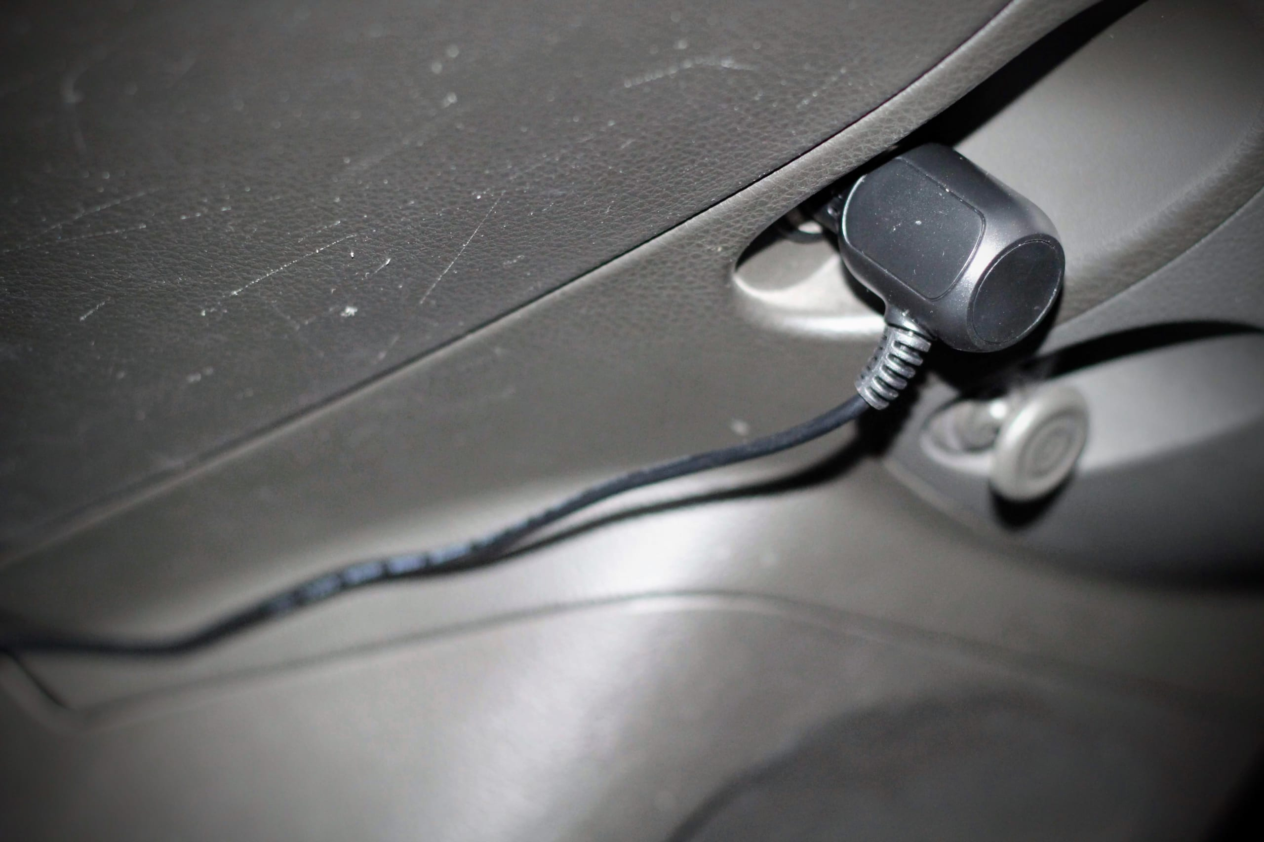 シガーライターから伸びる電源ケーブル