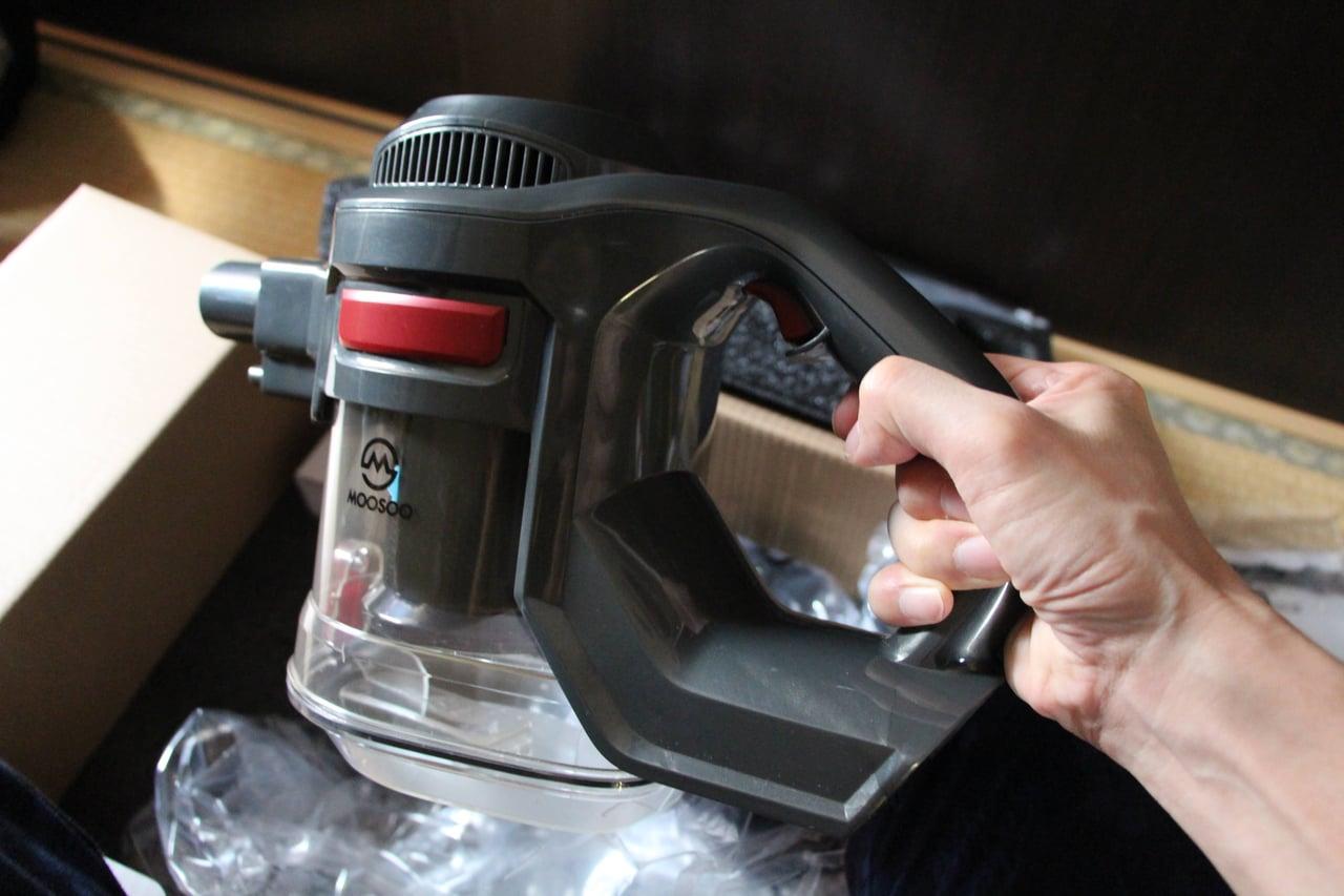 ヘッドを外すと片手で使えるコードレス掃除機