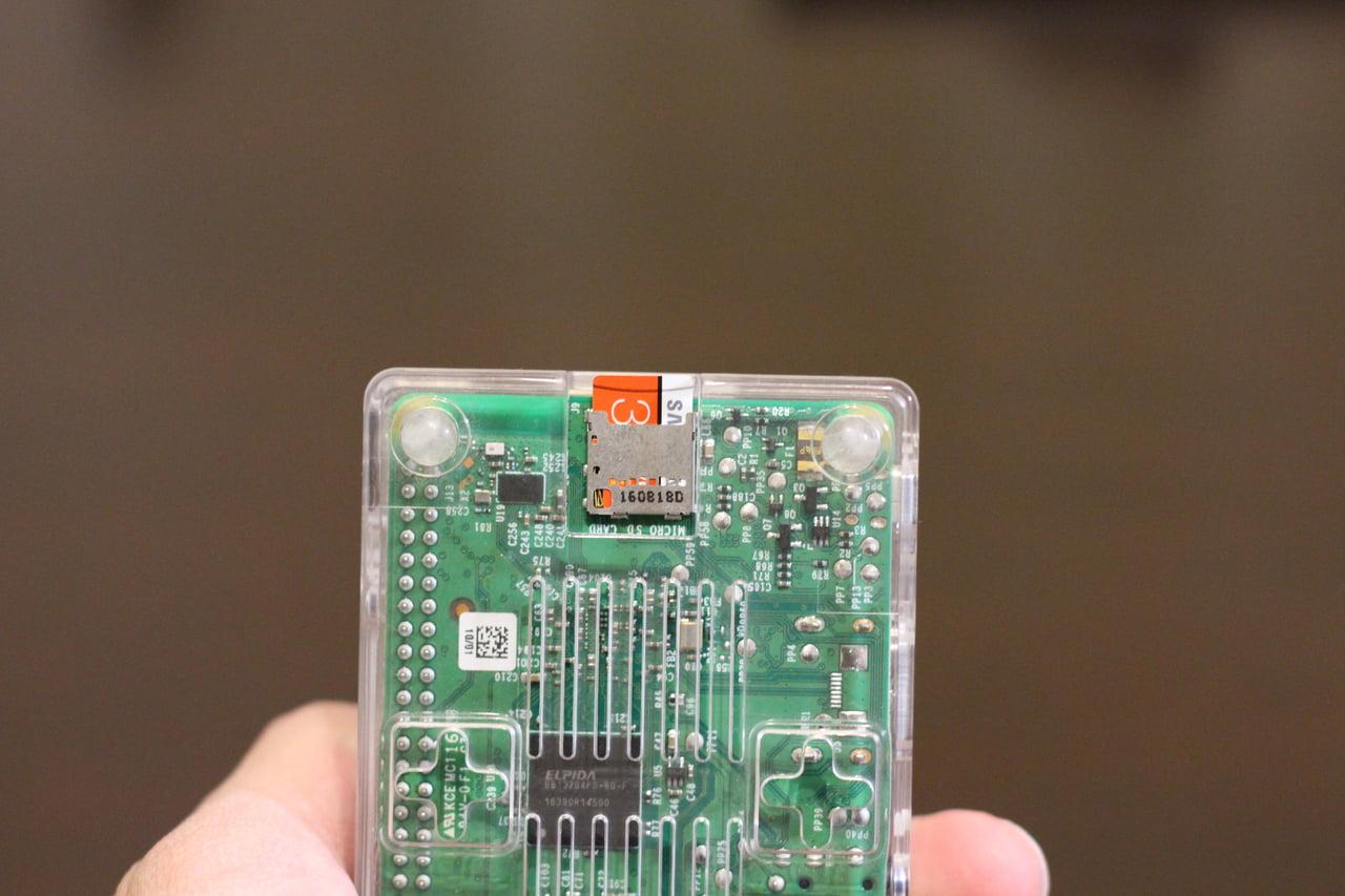SDカードを装着したラズパイ